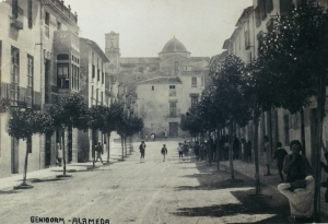 Calle Alameda circa 1945. San Jaime parish church at top of the hill